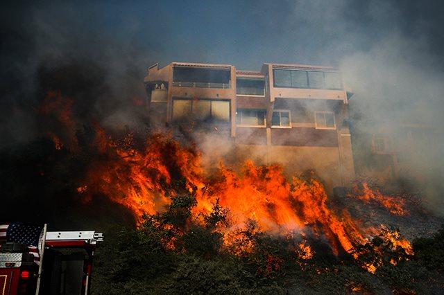 Los fuegos del sur de California arrasan más de 1.000 casas y edificios