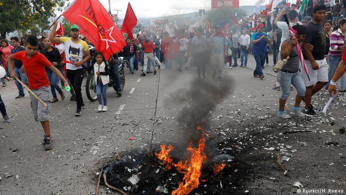 Un agente herido y una estación quemada en protesta en Honduras por comicios