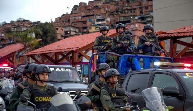 Un guardia nacional mata a 1 mujer durante un reparto de comida en Venezuela