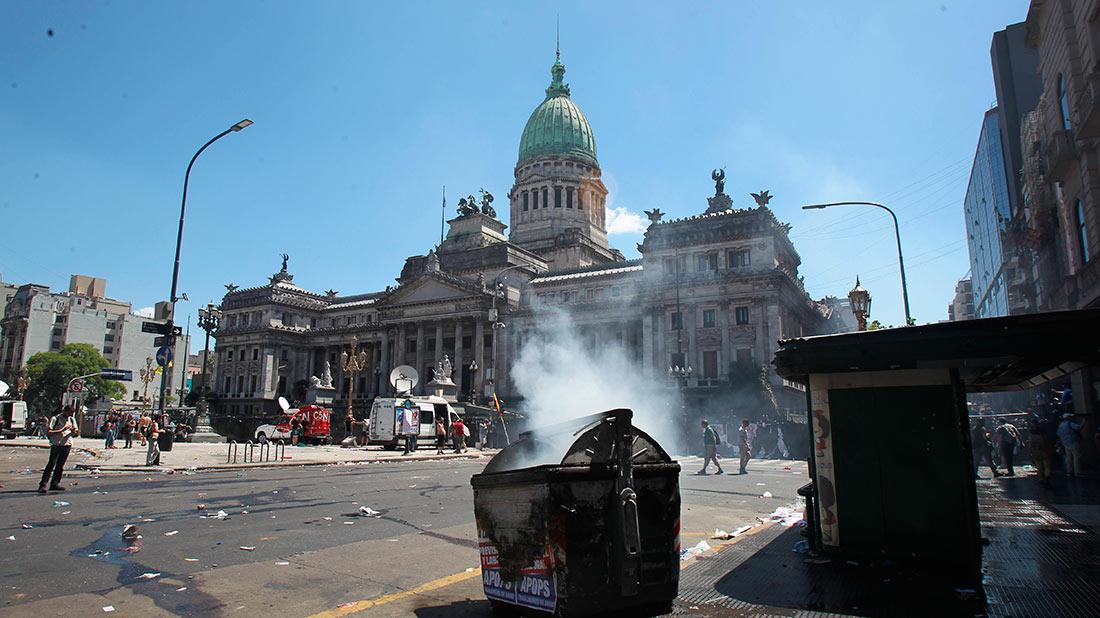 Al menos 81 heridos y 48 detenidos en protestas por pensiones en Argentina