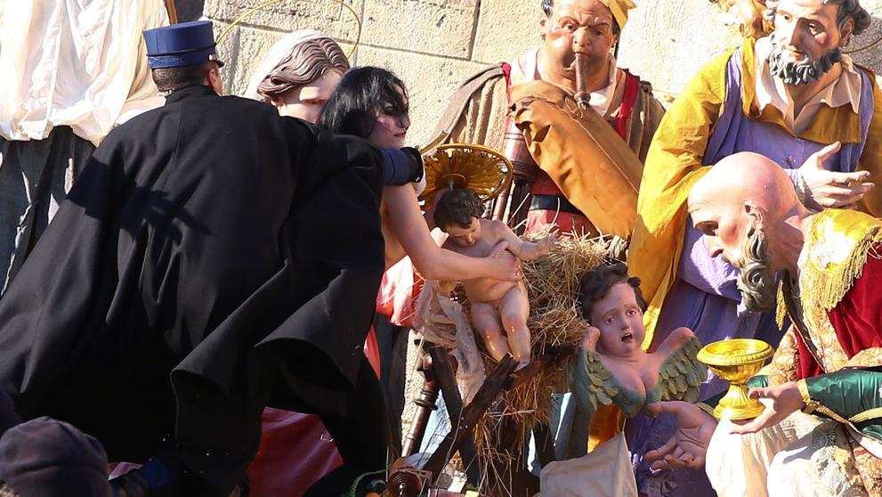 Una activista de Femen intenta llevarse el niño Jesús del belén del Vaticano