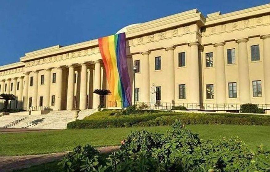 Ministro de Cultura investiga quién y con qué intención habrían colgado bandera LGBT en Bellas Artes