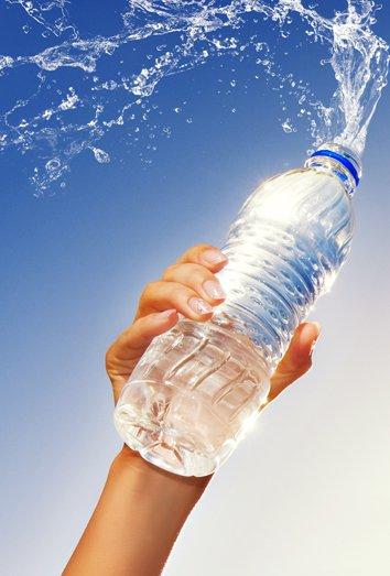 ¿Sabes por qué no debes rellenar de agua tus botellas de plástico?