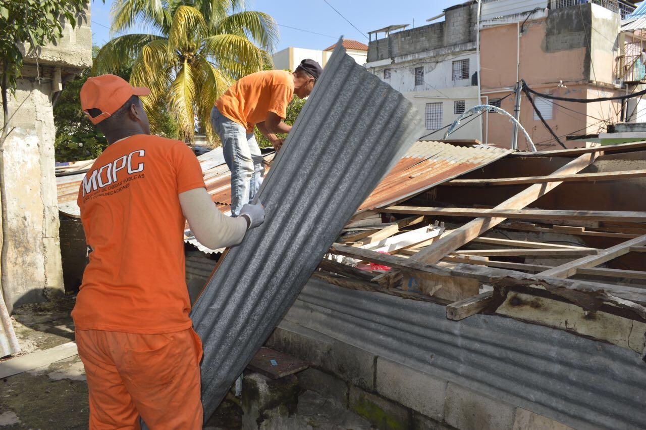 MOPC remoza calles y casas en los Restauradores