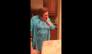 Una abuela aprende a usar Google Home y cautiva las redes