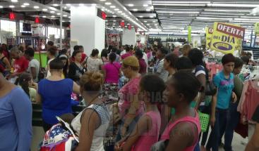 Abarrotan tiendas para comprar ropas para las fiestas navideñas