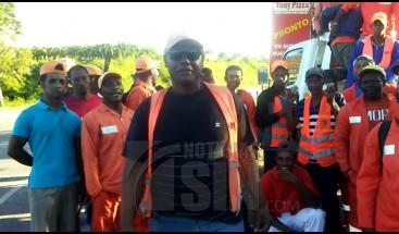 Empleados del Ministerio de Obras Publicas se manifiestan en la autovía El Coral en demanda de que se les pague 6 meses de salario