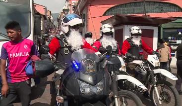 Policía de Ecuador se disfraza de Papá Noel para patrullar las calles en navidad