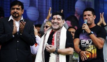 Maradona inaugura una estatua suya en la India y la Red no lo perdona
