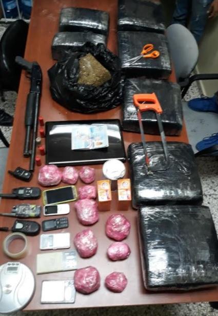 Incautan 70 libras de marihuana, 10 porciones de cocaína y otras durante allanamiento