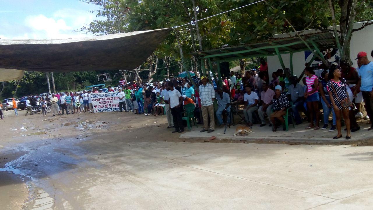 Residente del distrito municipal El Limón protestan por alza de la factura de electricidad