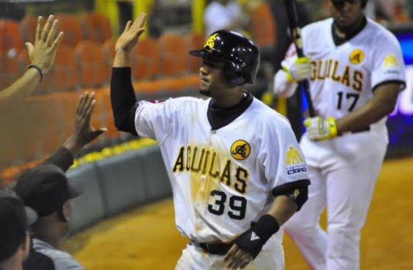 Águilas vencen Estrellas y empatan en la cima del béisbol dominicano