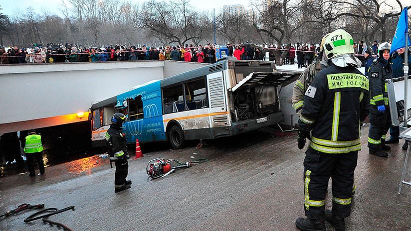 Un autobús atropella a transeúntes en un ingreso al metro de Moscú