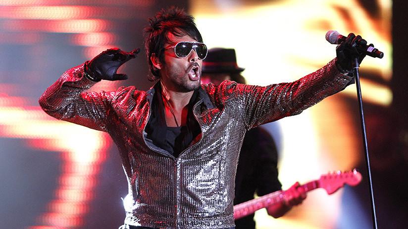 El cantante Beto Cuevas se cae por un hueco en pleno concierto