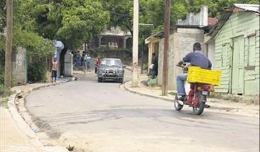 Comunitarios exigen ampliación de vías en el poblado de Manoguayabo