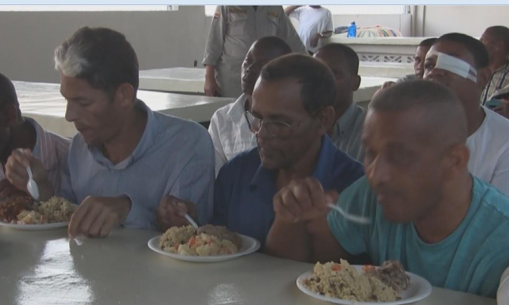 Ofrecen cena navideña a reclusos en Azua