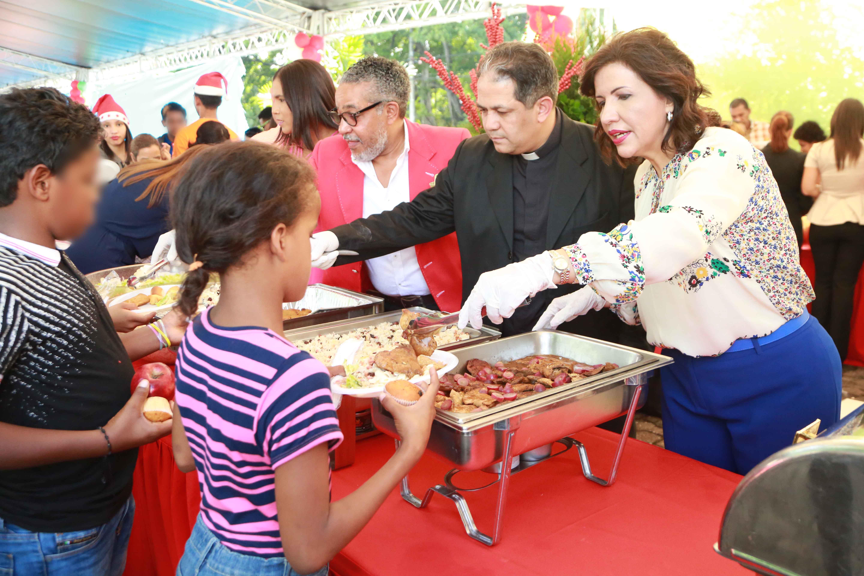 Vicepresidenta agasaja a niños y adolescentes huérfanos por feminicidios