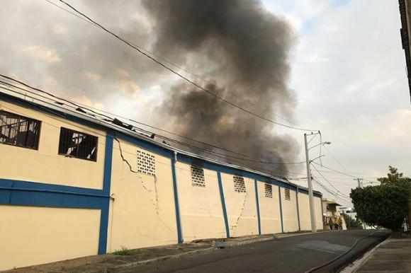 Evacúan decenas de familias por fuego en almacén de telas en Santiago