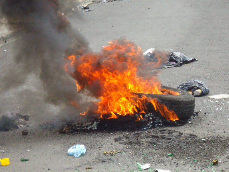 Protestan por arreglo de calles en la comunidad de Matanza en Santiago