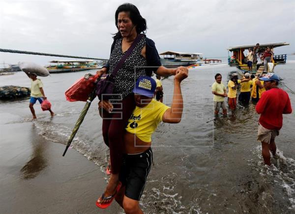 Cuatro muertos y 81 desaparecidos en el naufragio de un barco en Filipinas