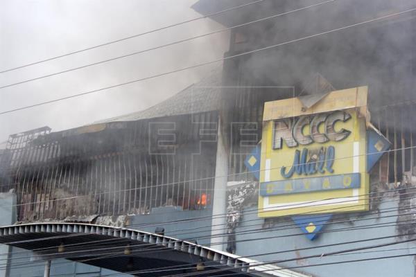 Al menos 37 muertos en incendio en un centro comercial del sur de Filipinas