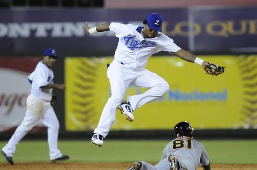 Tigres apalean Águilas y comandan semifinal del béisbol dominicano