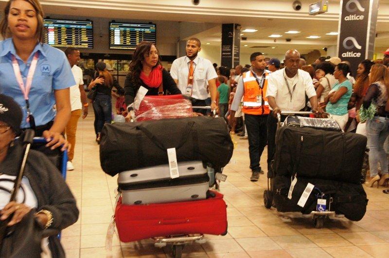 Dominicano que llegan al país se quejan de decisión de Aduanas de reducir gracia navideña