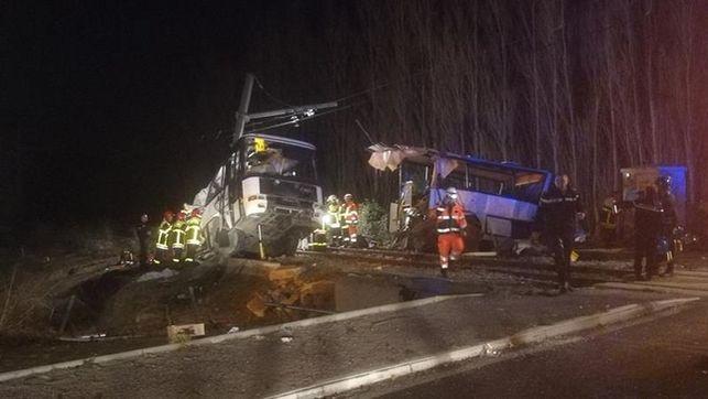 Ascienden a 6 los muertos por choque entre autobús escolar y tren en Francia