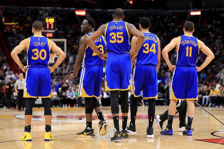 Rockets exhiben poder encestador; Warriors amargan noche especial de Lakers