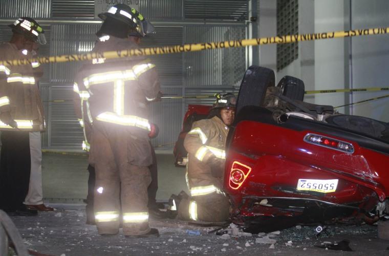 Tres muertos al caer automóvil desde 4º piso de un estacionamiento