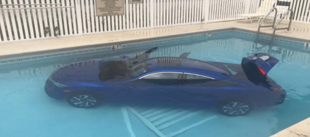 Carro cae dentro de una piscina con una niña y su padre dentro