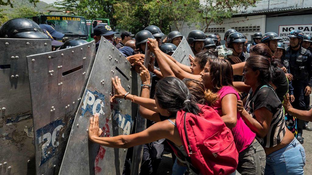 Cinco policías detenidos por muerte de 68 personas en comisaría