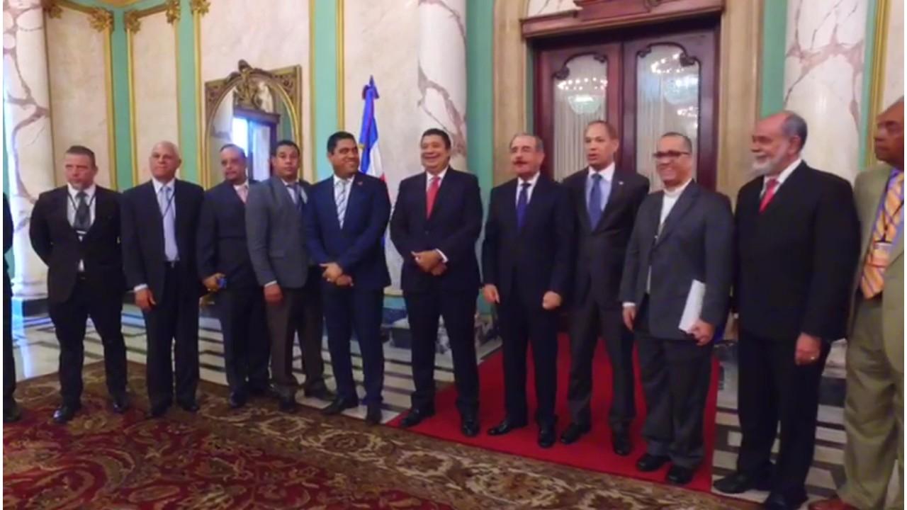 Presidente Medina se reúne con autoridades de La Vega