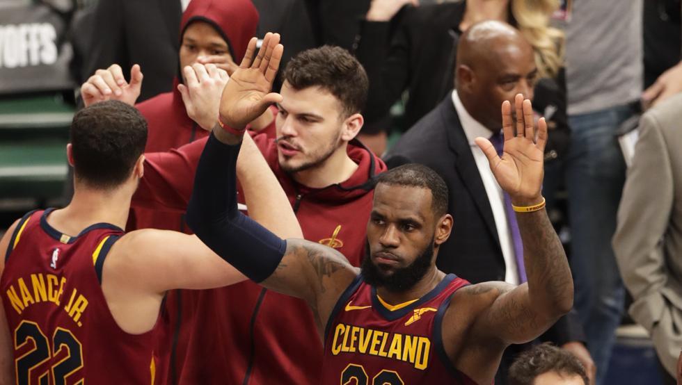 James y Korver recuperan ventaja de campo para Cavaliers