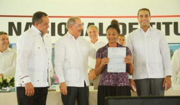 Medina entrega 923 títulos a parceleros y dueños de solares de Villa Altagracia