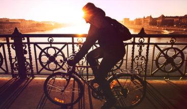 Ciclista cae desde un puente por ser demasiado curioso