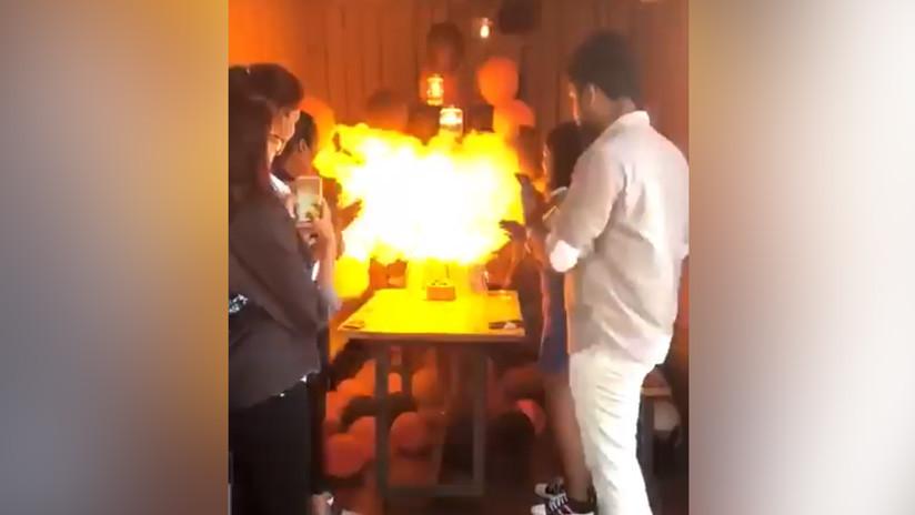 Joven enciende vela de cumpleaños y queda envuelta en una bola de fuego