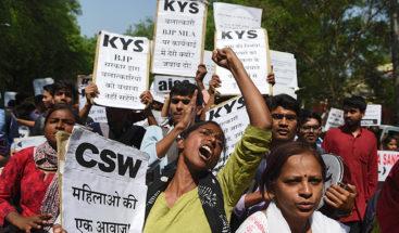 Adolescente india intenta quemarse viva después de ser violada