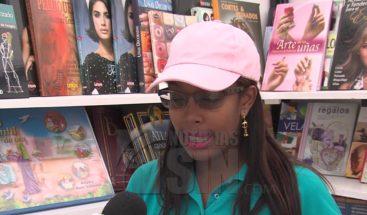 Cientos de personas acuden a la Feria Internacional del Libro