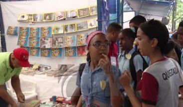 Cientos de personas principalmente estudiantes siguen acudiendo a la Feria del Libro