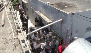 Reclusos se amotinan en cárcel Bella Colina; denuncian abusos y extorsiones