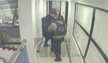 Falsos policías asaltan tienda y mantienen a varias personas bajo rapto