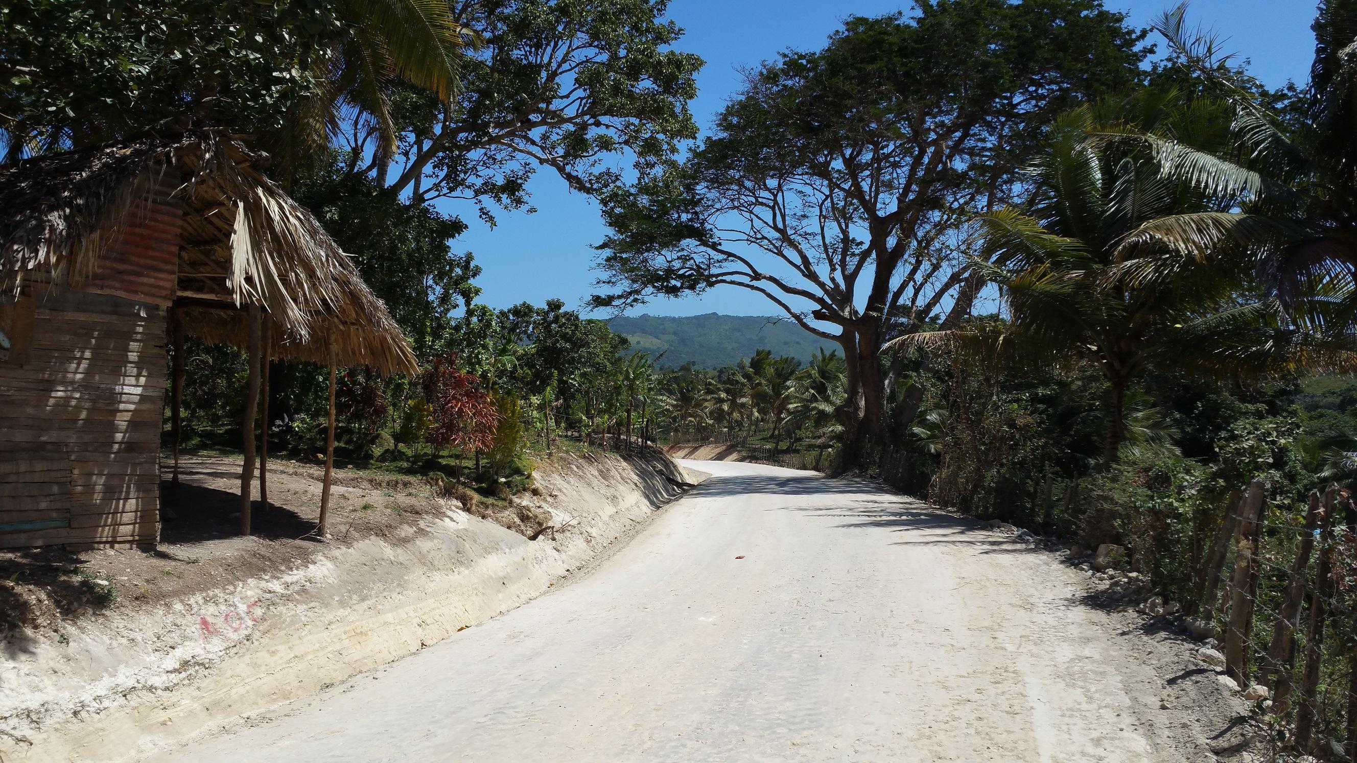 Empresa de Electricidad Haina habilita caminos en Enriquillo, Barahona