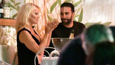 Pamela Anderson arropa a su pareja Adil Rami en el Vélodrome de Marsella