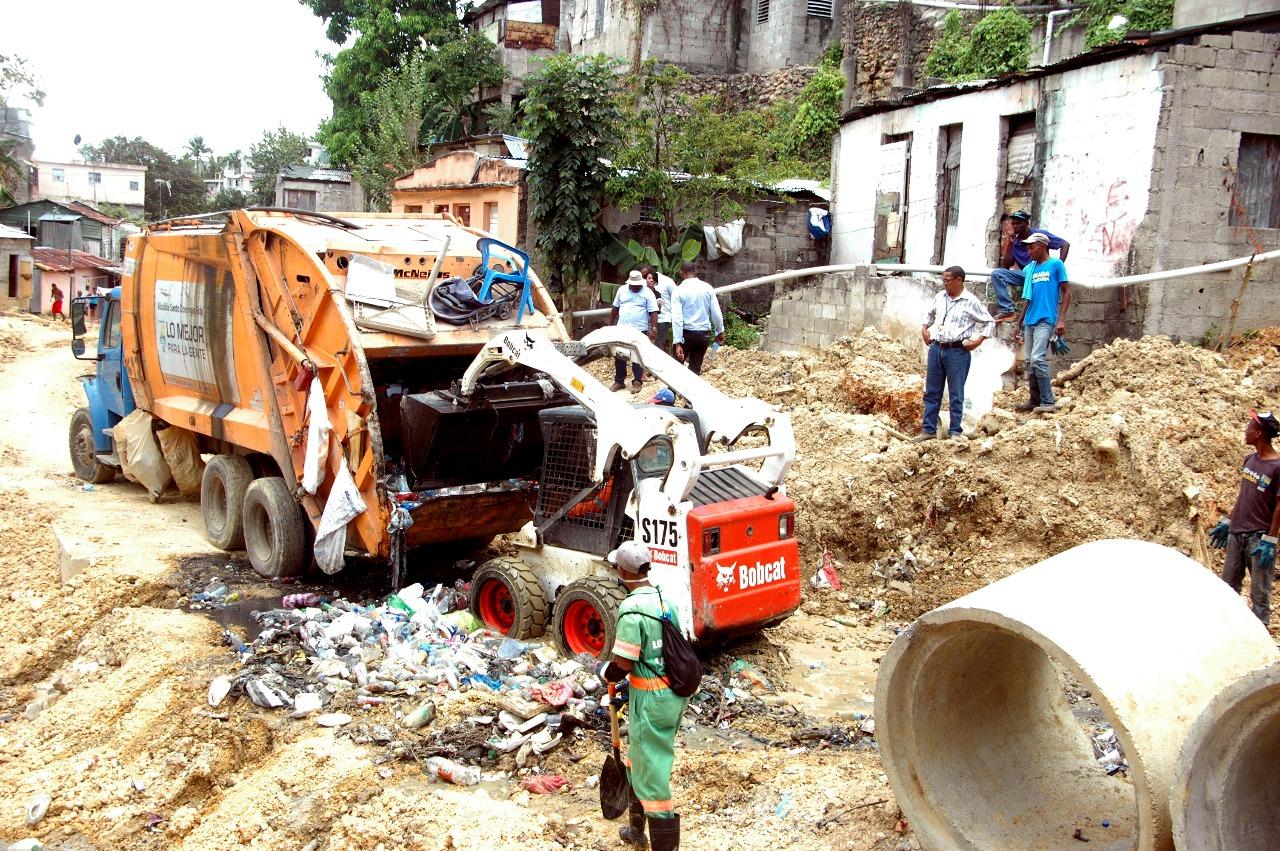 ASDE saca toneladas de basura de cañada en sector de la Vieja Barquita