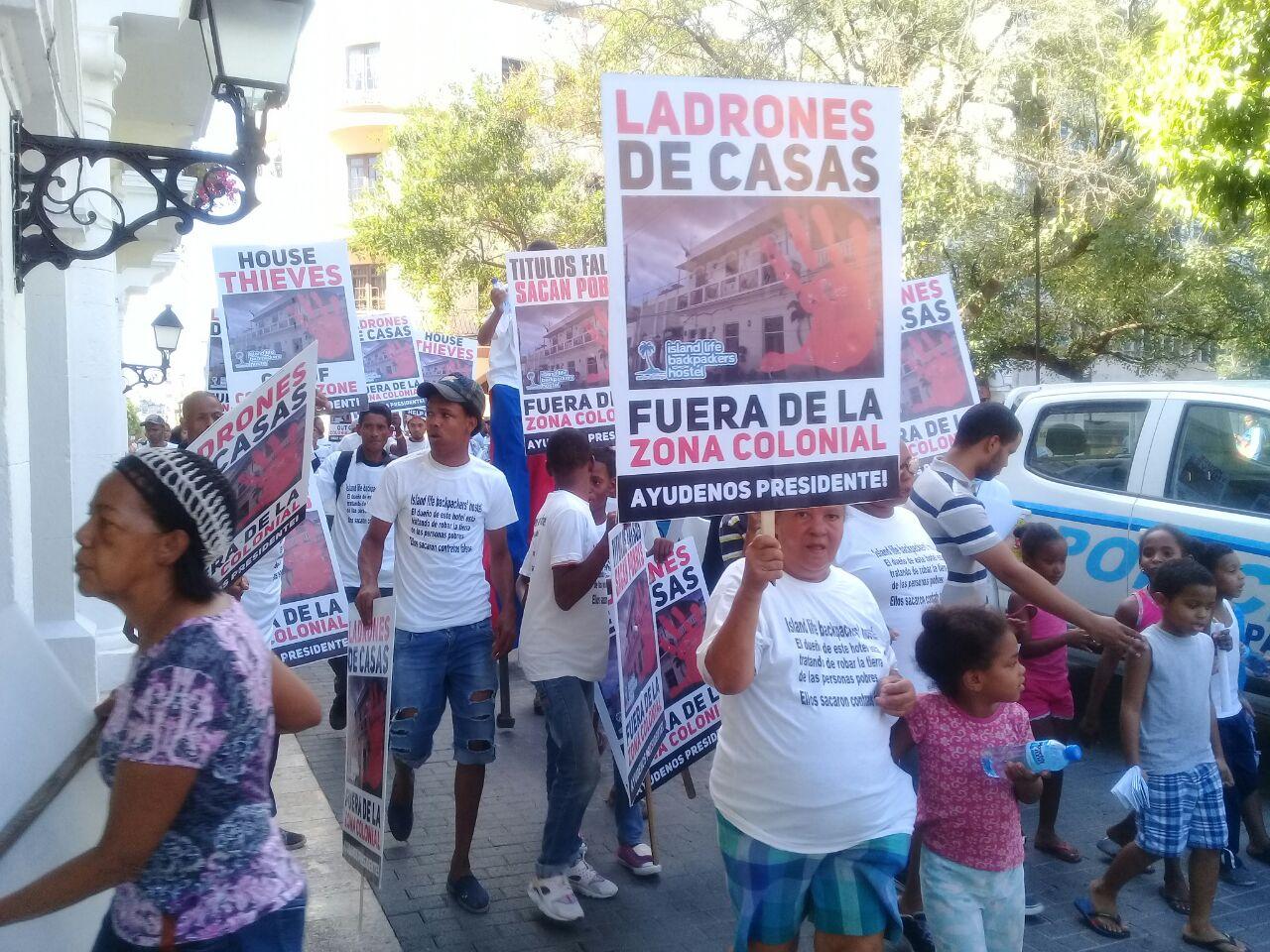 Decenas de personas marchan en la Zona Colonial en repudio a un desalojo