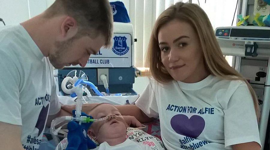 El padre del bebé Alfie dice que colaborará con los médicos británicos
