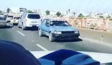 Video muestra carro circulando de reversa en Puente de la 17