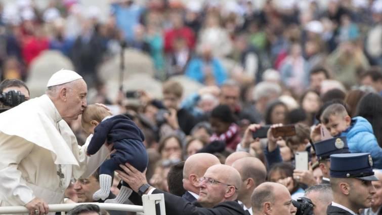 El papa desaprueba a quienes esperan a que crezca hijo para bautizarlo