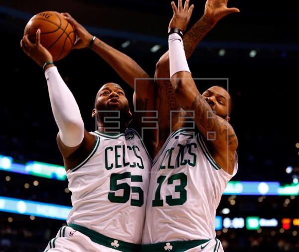 Celtics ganan a Raptors en lucha por título